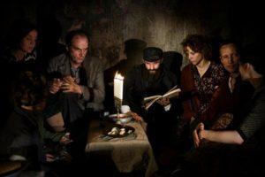 in-darkness-una-scena-del-film-incentrato-sulla-deportazione-degli-ebrei-in-polonia-260652