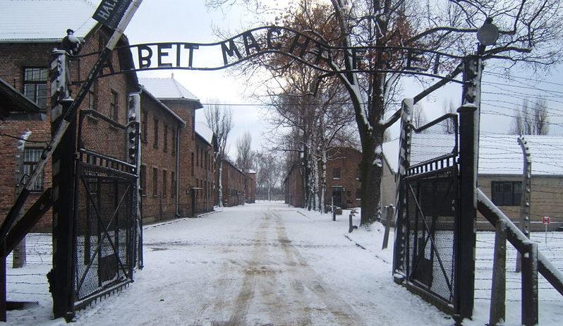 800px-Auschwitz_I_entrance_snow